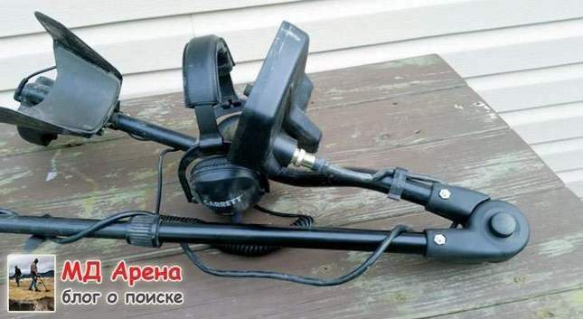 Folding metal detector. Hinged shaft
