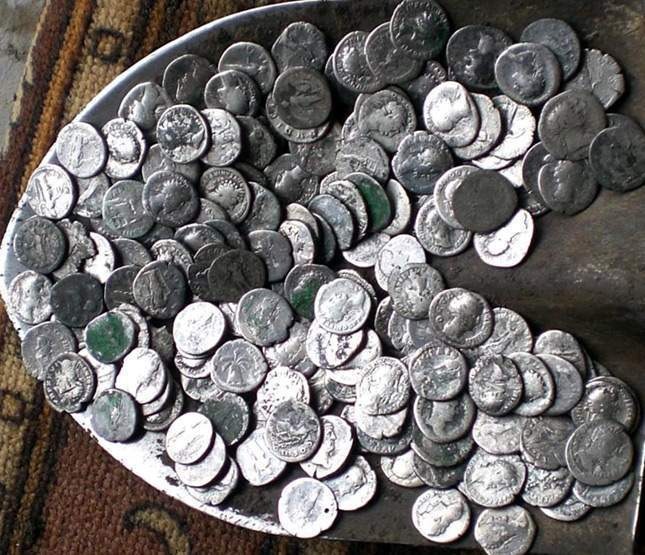spadeful-of-roman-coins-one-photo-01