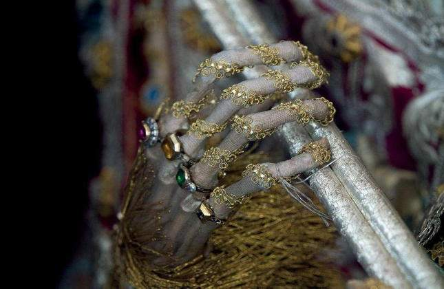 the-dead-with-jewelry-really-creepy-photos-02