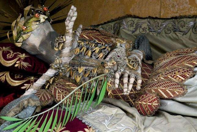 the-dead-with-jewelry-really-creepy-photos-05