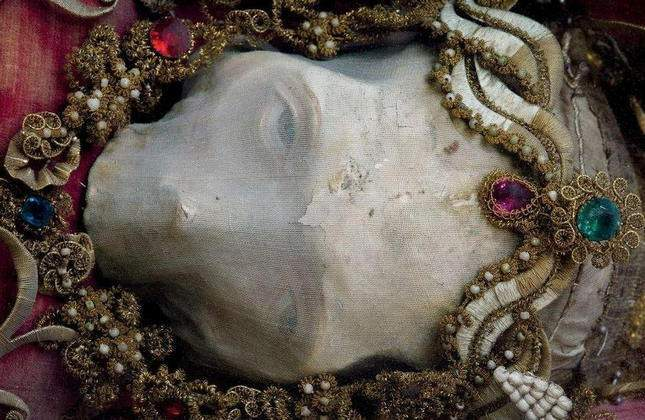 the-dead-with-jewelry-really-creepy-photos-06