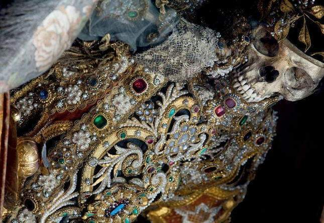 the-dead-with-jewelry-really-creepy-photos-10