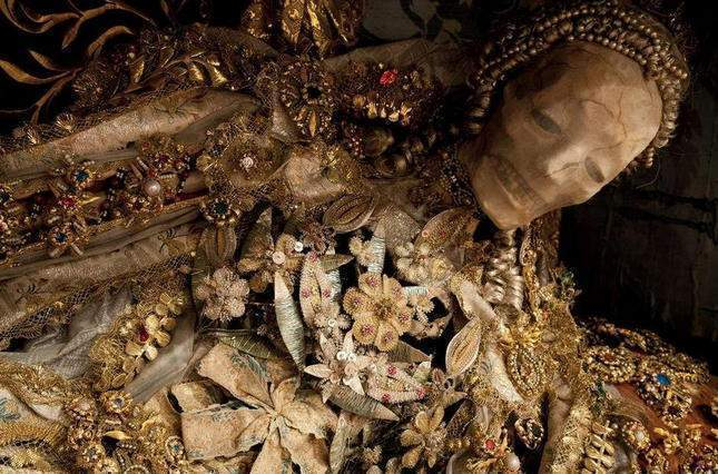 the-dead-with-jewelry-really-creepy-photos-11