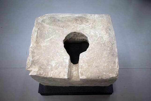 ancient-toilet-discovered-plus-nearby-finds-decent-ones-02