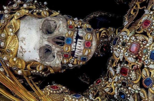 the-dead-with-jewelry-really-creepy-photos-08