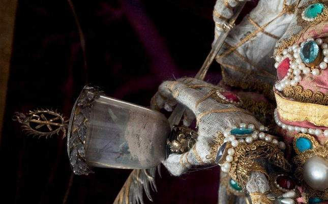 the-dead-with-jewelry-really-creepy-photos-09
