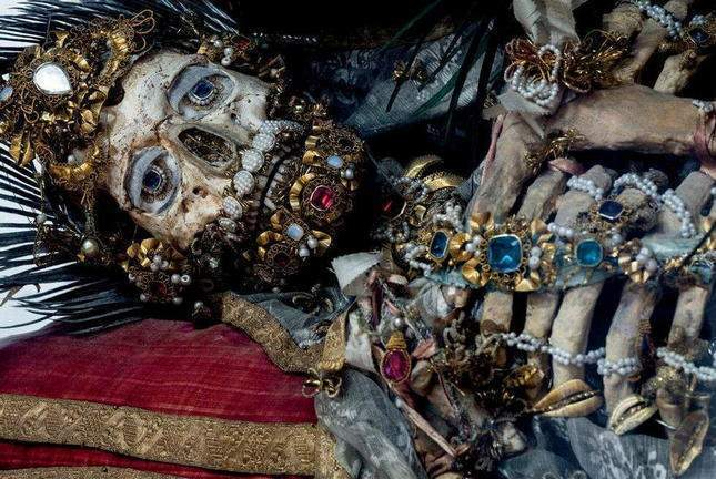 the-dead-with-jewelry-really-creepy-photos-12